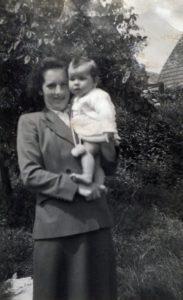 Riet 1953 - 004 Rietje bij mama op de arm